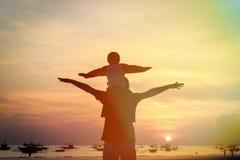 Padre e figlio divertendosi al tramonto Fotografie Stock Libere da Diritti