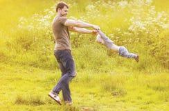 Padre e figlio divertendosi all'aperto di estate soleggiata fotografia stock libera da diritti