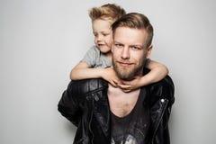 Padre e figlio felici Giorno di padri fotografia stock libera da diritti