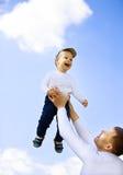Padre e figlio felici su una passeggiata Fotografia Stock Libera da Diritti