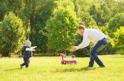 Padre e figlio felici su una passeggiata Immagini Stock Libere da Diritti