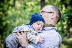 Padre e figlio nel gioco della foresta Fotografia Stock Libera da Diritti