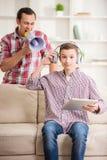 Padre e figlio nel paese fotografia stock libera da diritti