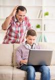Padre e figlio nel paese immagini stock libere da diritti