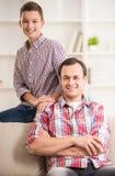 Padre e figlio nel paese fotografie stock libere da diritti