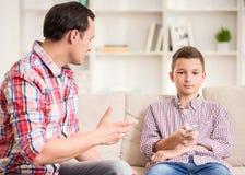 Padre e figlio nel paese immagini stock
