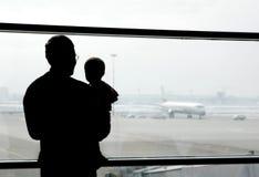Padre e figlio nell'aeroporto Immagine Stock