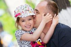 Padre e figlio Papà che bacia la sua figlia Immagini Stock