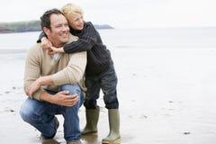 Padre e figlio a sorridere della spiaggia Fotografie Stock Libere da Diritti