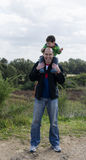 Padre e figlio su un aumento fotografie stock