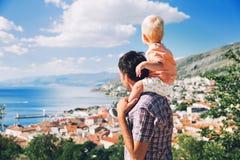 Padre e figlio sugli ambiti di provenienza del litorale croato Immagini Stock Libere da Diritti