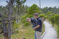 Padre e figlio sul sentiero costiero Fotografia Stock