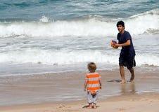 Padre e figlio sulla spiaggia Immagine Stock