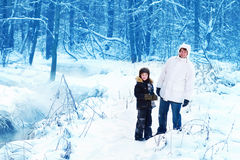 Padre e figlio in un parco nevoso Immagini Stock Libere da Diritti