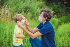 Padre e figlio in una maschera medica a causa di un'allergia all'ambrosia Fotografia Stock