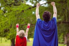 Padre e figlio vestiti come superman immagine stock libera da diritti