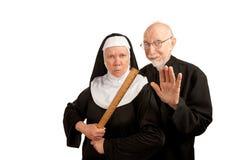 Padre e freira engraçados fotos de stock