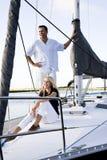 Padre e hija adolescente en el barco de vela en el muelle Foto de archivo