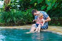 Padre e hija cerca de la piscina Imagen de archivo