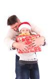 Padre e hija con un regalo de Navidad Imágenes de archivo libres de regalías