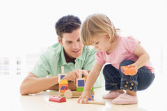 Padre e hija dentro que juegan Imágenes de archivo libres de regalías