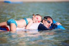 Padre e hija el vacaciones de la playa Fotografía de archivo