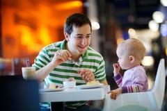 Padre e hija en café Foto de archivo libre de regalías