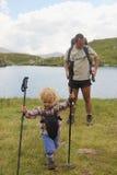 Padre e hija en el lago Capra en la montaña de Fagaras Imagen de archivo