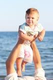 Padre e hija en el mar Imagenes de archivo