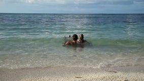 Padre e hija en el mar tropical almacen de metraje de vídeo