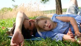 Padre e hija en el parque almacen de metraje de vídeo