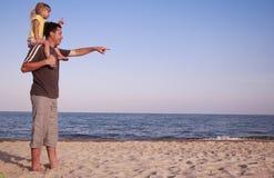 Padre e hija en la orilla de mar Fotos de archivo