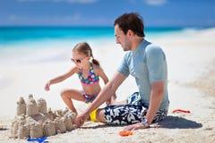 Padre e hija en la playa fotografía de archivo libre de regalías