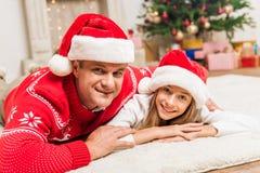 Padre e hija en los sombreros de santa Foto de archivo libre de regalías