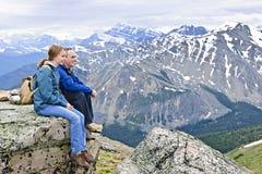 Padre e hija en montañas fotografía de archivo libre de regalías