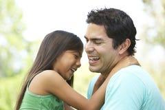 Padre e hija en parque Imagenes de archivo