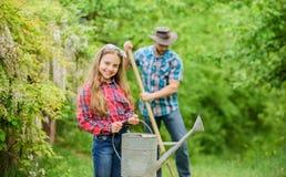 Padre e hija en rancho Granja de la familia Ni?a y pap? feliz del hombre D?a de tierra pa?s del pueblo de la primavera ecolog?a foto de archivo