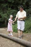 Padre e hija en un patio Imagenes de archivo