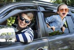 Padre e hija en un viaje por carretera foto de archivo