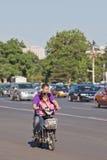 Padre e hija en una e-bici, Pekín, China Imagen de archivo