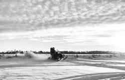 Padre e hija en una moto de nieve Fotografía de archivo libre de regalías