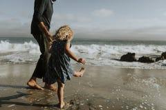 Padre e hija en una playa imagenes de archivo