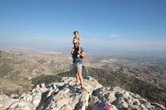 Padre e hija encima de la montaña Imágenes de archivo libres de regalías