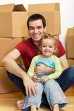 Padre e hija felices en su nuevo hogar Fotos de archivo libres de regalías