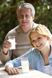 Padre e hija que comen limonada Imagen de archivo