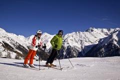 Padre e hija que disfrutan de deportes de invierno Imágenes de archivo libres de regalías
