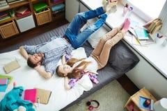 Padre e hija que duermen pacífico Fotos de archivo