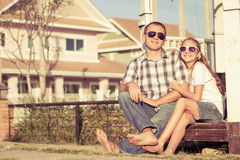 Padre e hija que juegan cerca de la casa en el tiempo del día Fotos de archivo libres de regalías
