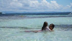 Padre e hija que juegan en el mar almacen de metraje de vídeo