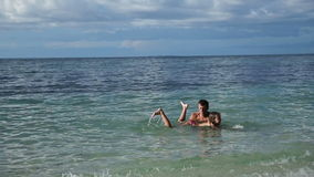 Padre e hija que juegan en el mar almacen de video